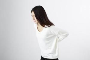 腰が痛い女性白